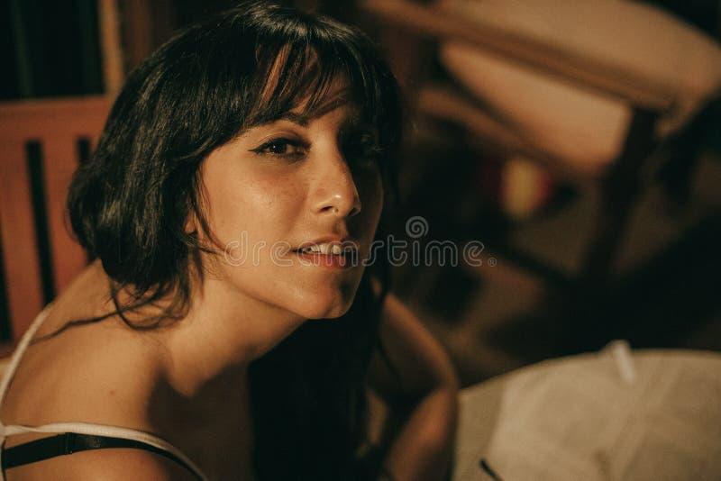 Портрет молодой женщины брюнета вечером стоковые изображения