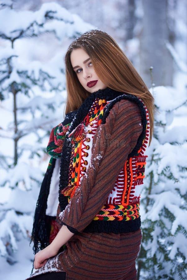 Портрет молодой женщины в длинном шерстяном стильном платье и темной бандане с ярким цветочным узором стоковое изображение rf
