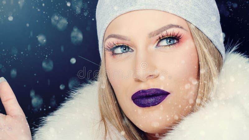 Портрет молодой женщины в рождестве wintertime внешнем стоковая фотография rf