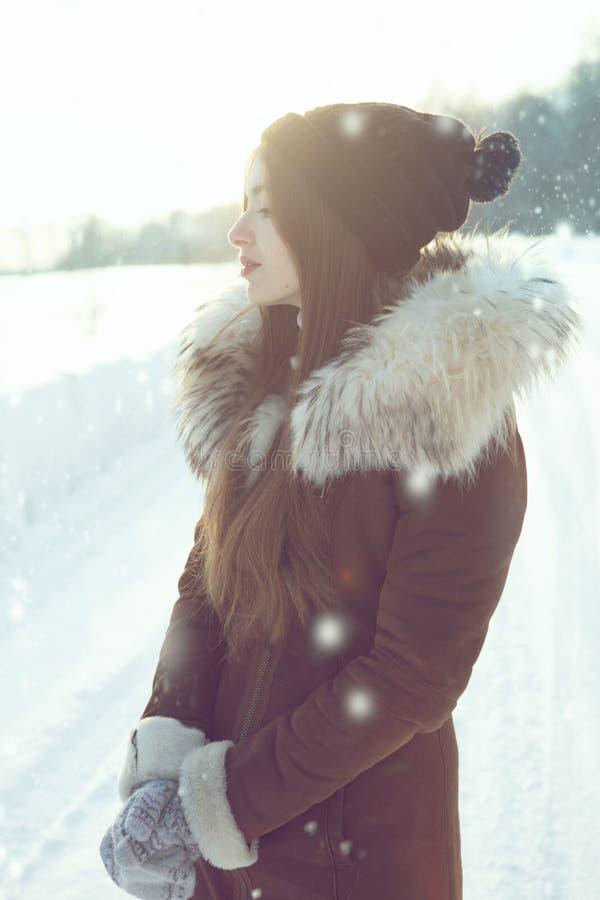 Портрет молодой женщины зимы Красивая молодая женщина смеясь над outdoors Наслаждаться природой, wintertime стоковые фото