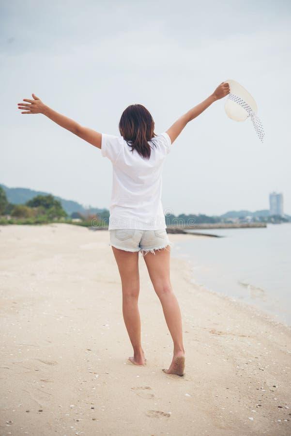 Портрет молодой женщины идя на пляж barefoot стоковые фото