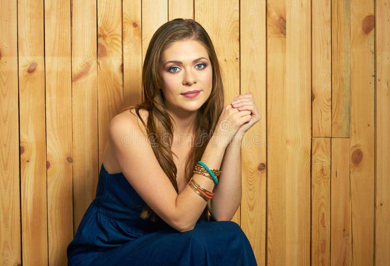 Портрет молодой женщины на деревянной предпосылке стоковое фото rf