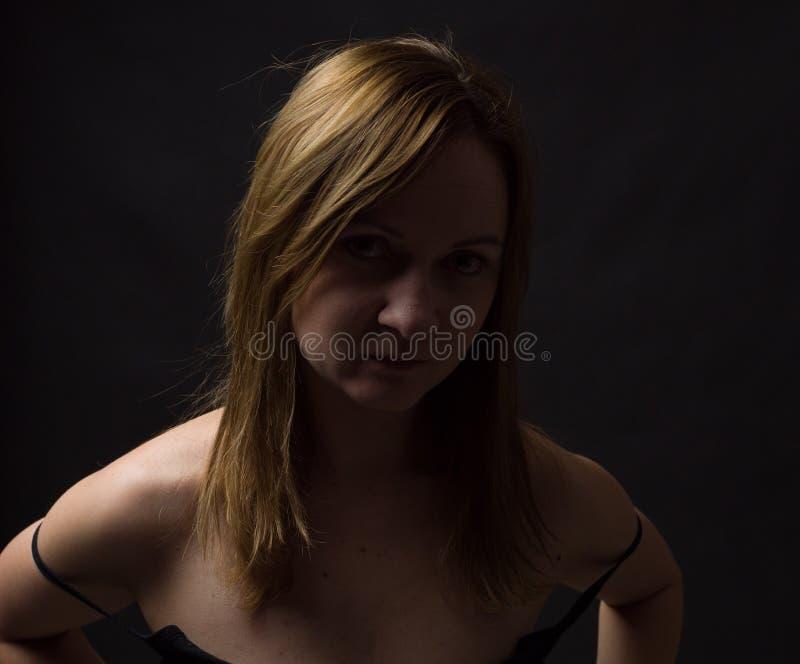 Портрет молодой женщины, не не составляет, низко ключевые, коричневые темные волосы, естественные смотря делая выражения стоковое изображение rf