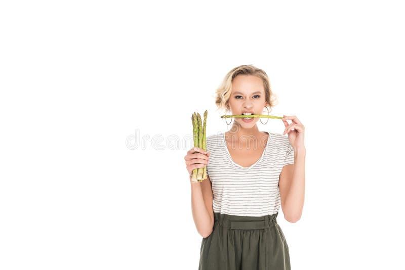 портрет молодой женщины сдерживая сырцовую спаржу в руках стоковые изображения
