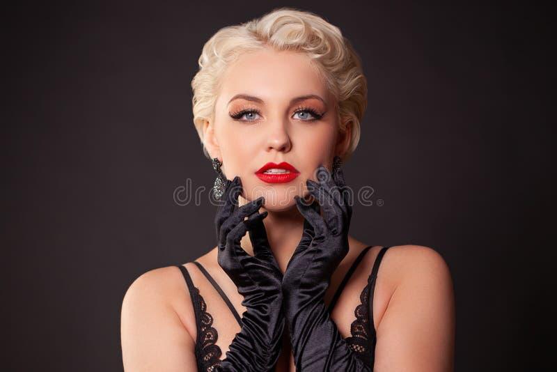 Портрет молодой женщины с красными губами, длиной ложными ресницами в ретро стиле курчаво бурлеск стоковое изображение