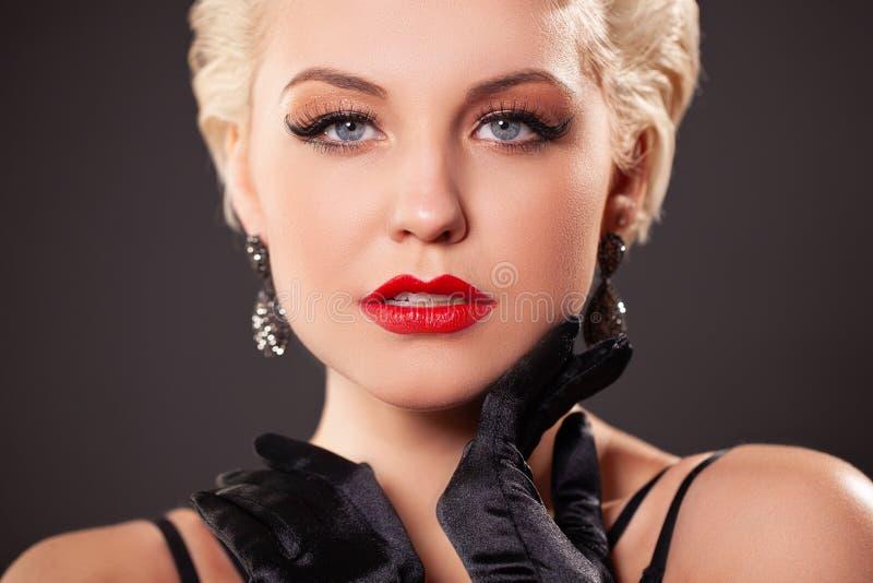 Портрет молодой женщины с красными губами, длиной ложными ресницами в ретро стиле курчаво бурлеск стоковые фотографии rf