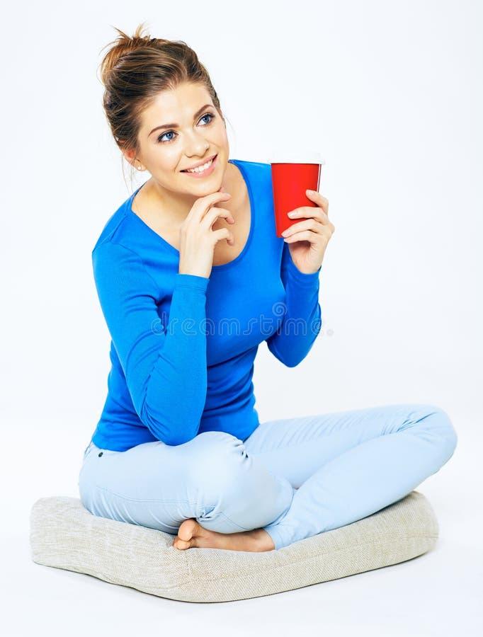 Портрет молодой женщины с питьем красный цвет кофейной чашки стоковое фото rf