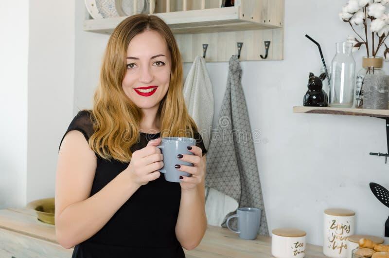 Портрет молодой женщины с чашкой стоковое фото