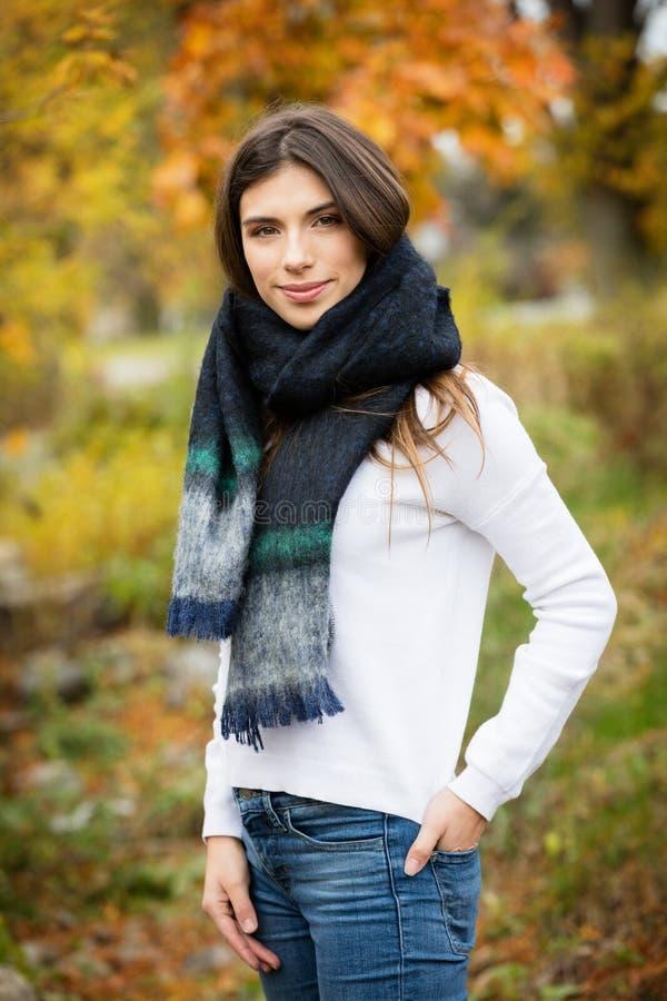 Портрет молодой женщины усмехаясь снаружи стоковые фотографии rf