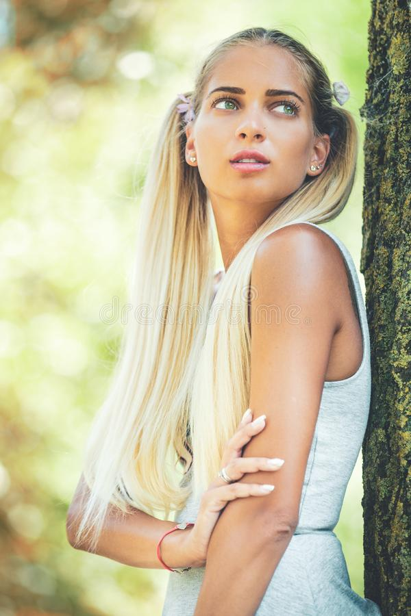 Портрет молодой женщины фантазера в природе Длинные светлые волосы, зеленые глаза стоковые изображения