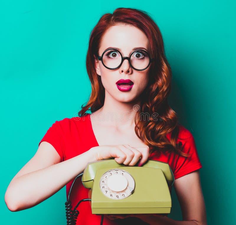 Портрет молодой женщины redhead с телефонной трубкой стоковые изображения