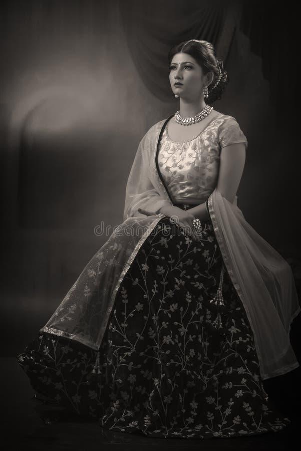 Портрет молодой индийской дамы в традиционной носке стоковые изображения rf