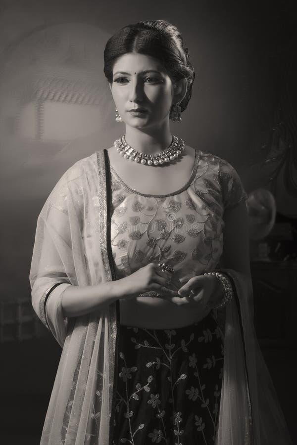 Портрет молодой индийской дамы в традиционной носке стоковые изображения