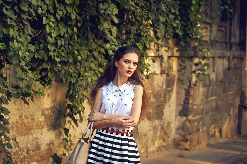 Портрет молодой красивейшей девушки Модельный представлять на улице уклад жизни урбанский стоковая фотография rf