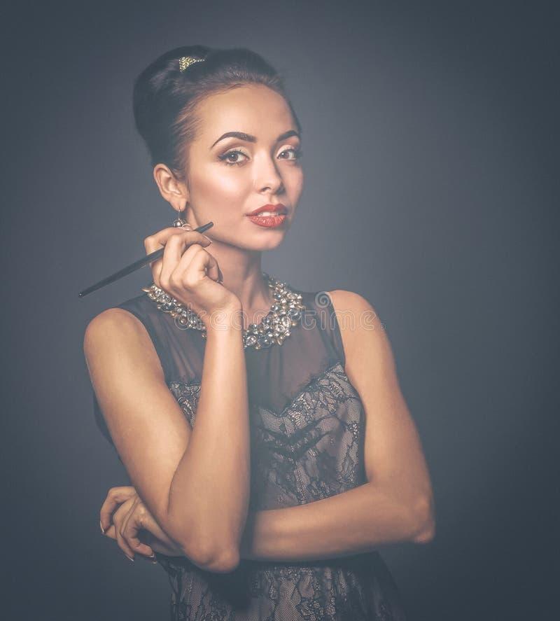 Портрет молодой красивейшей женщины с ювелирными изделиями стоковые изображения rf