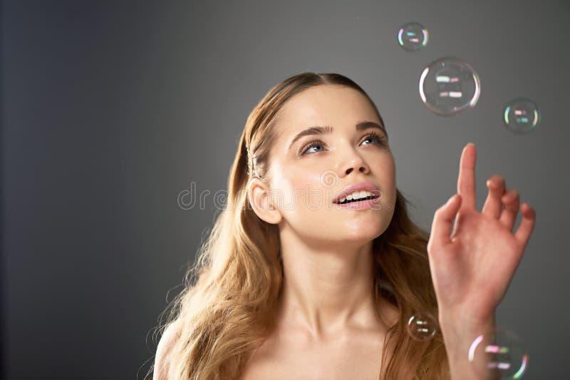Портрет молодой красивой девушки в студии, с профессиональным составом Стрельба красоты Пузырь Атмосфера легковесности стоковые фото