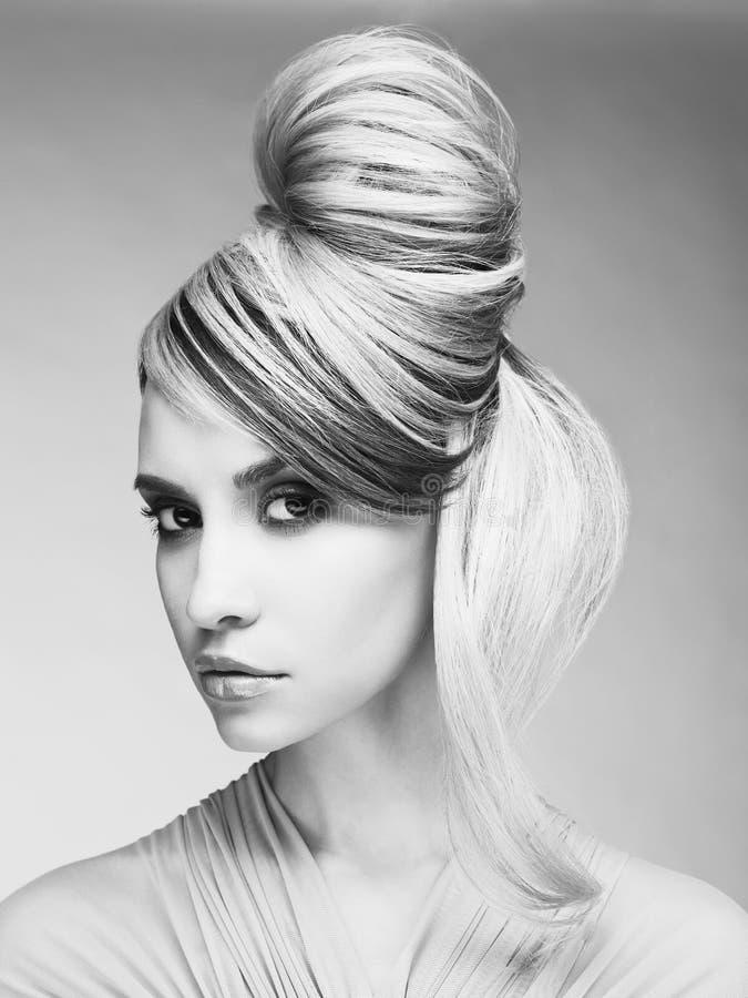 Портрет молодой красивой женщины с современным стилем причёсок стоковые фото