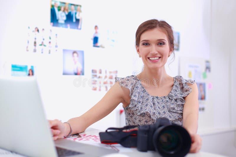 Портрет молодой красивой женщины фотографа около таблицы стоковые изображения rf