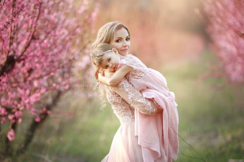 Портрет молодой красивой матери с ее маленькой девочкой Закройте вверх все еще любя семьи Привлекательная женщина держа ее стоковое фото