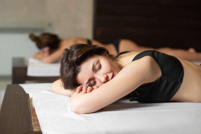 Портрет молодой красивой модельной девушки на деревянных loungers ослабляя в сауне Красота и образ жизни здоровья стоковое фото rf