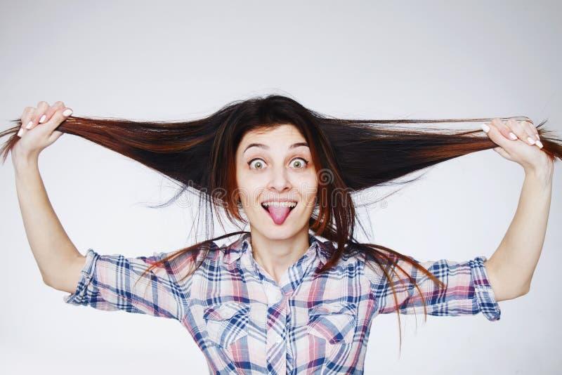 Портрет молодой красивой счастливой усмехаясь женщины играя с ей стоковая фотография rf