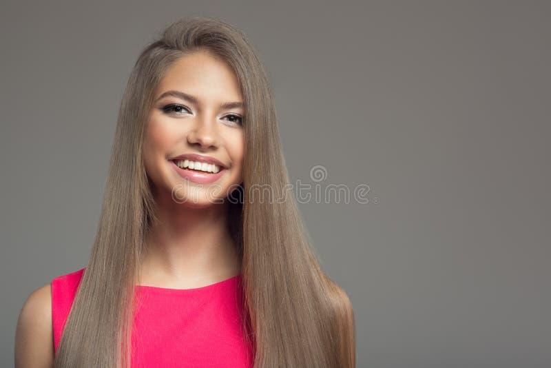 Портрет молодой красивой усмехаясь счастливой женщины волосы длиной стоковые изображения