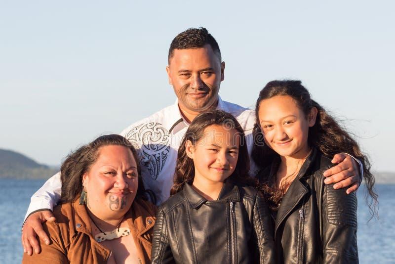 Портрет молодой маорийской семьи стоковые изображения rf