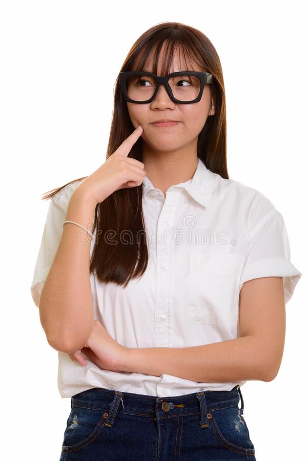 Портрет молодой милой азиатской мысли девочка-подростка стоковые фотографии rf