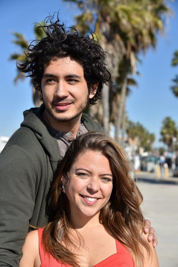 Портрет молодой пары на пляже стоковая фотография