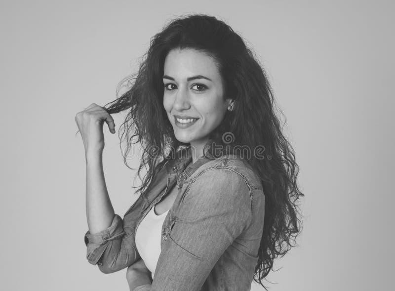 Портрет молодой привлекательной женщины с усмехаясь стороной и красивыми красными курчавыми длинными волосами Забота красоты стоковые фотографии rf