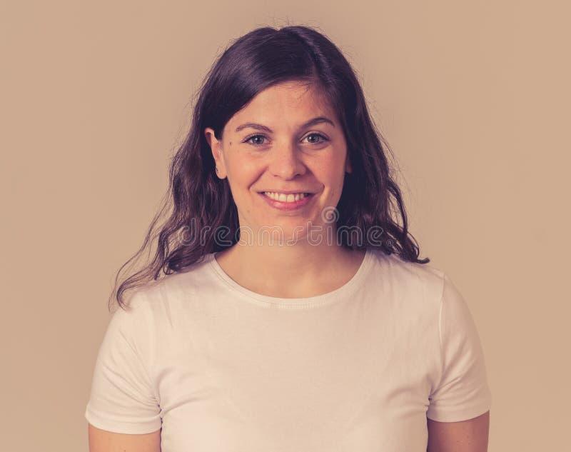 Портрет молодой привлекательной жизнерадостной женщины с усмехаясь счастливой стороной r стоковое фото rf