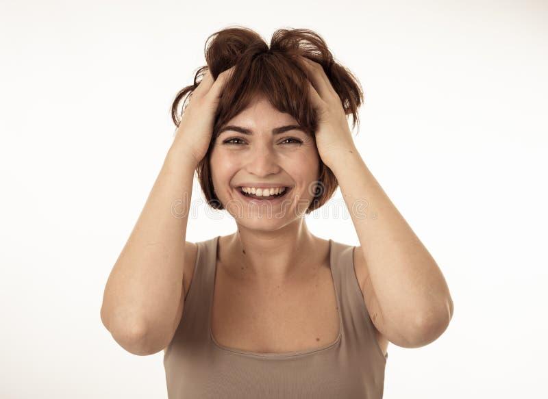 Портрет молодой привлекательной жизнерадостной женщины с усмехаясь счастливой стороной r стоковые фотографии rf