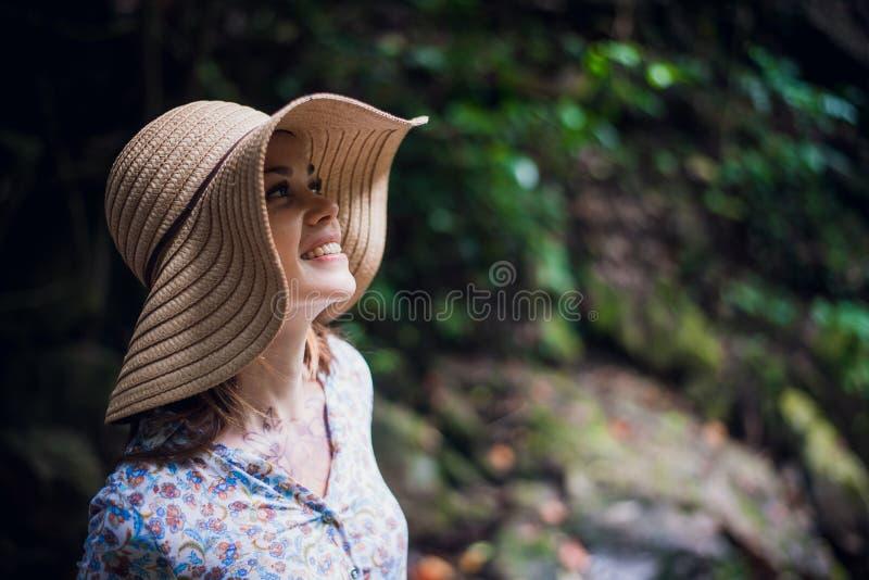 Портрет молодой привлекательный женский усмехаться в лесе джунглей, летние каникулы Молодая женщина наслаждаясь свежим воздухом в стоковые изображения rf