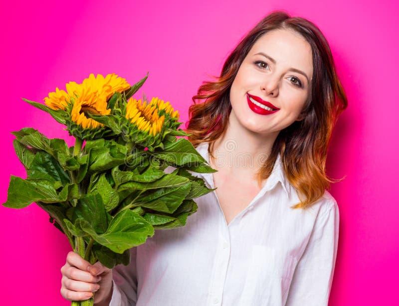 Портрет молодой рыжеволосой девушки с солнцецветами стоковое фото rf
