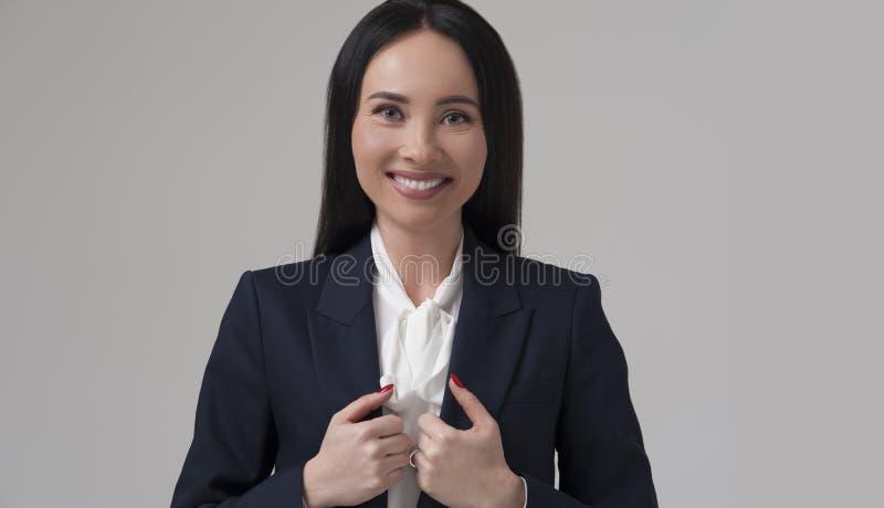 Портрет молодой счастливой коммерсантки в куртке стоковые изображения rf