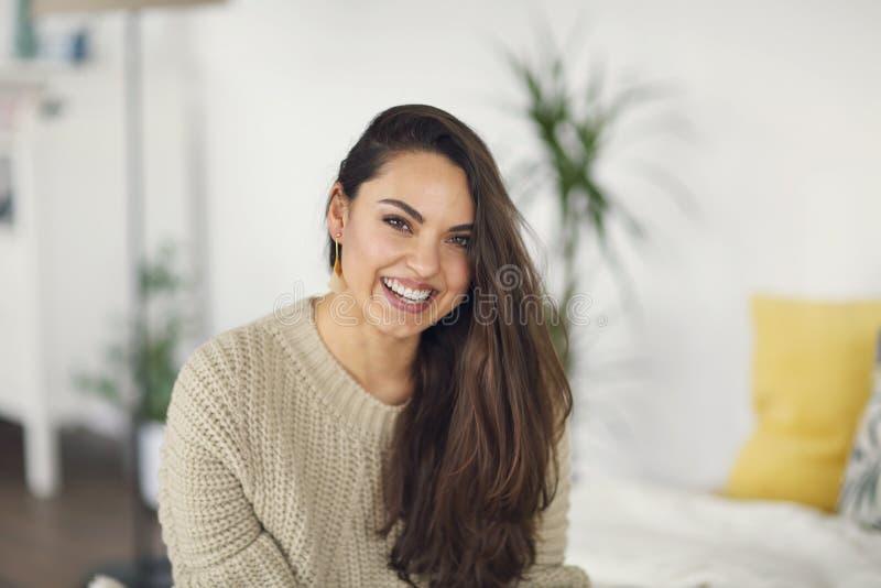 Портрет молодой счастливой красивой женщины в теплой одежде дома стоковая фотография