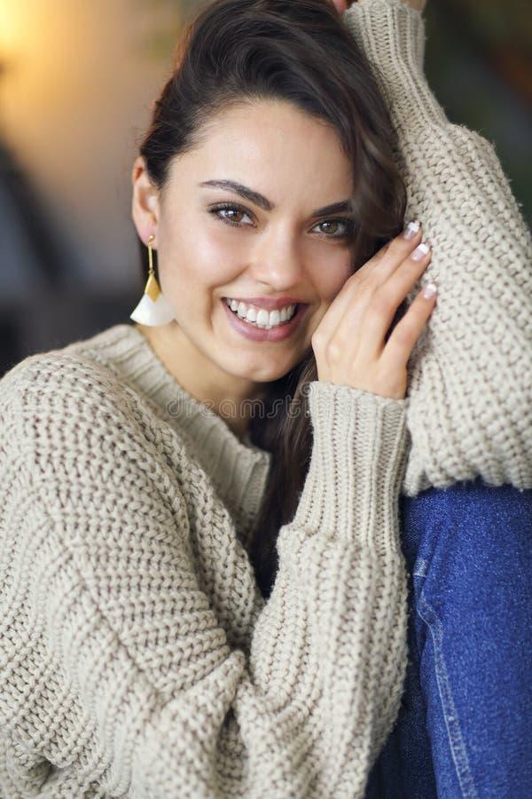 Портрет молодой счастливой красивой женщины в теплой одежде дома стоковые изображения rf
