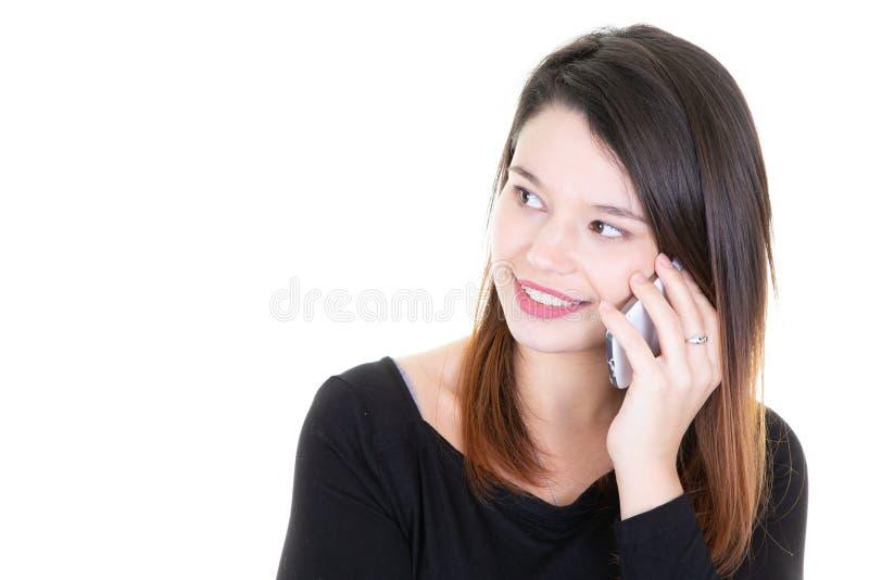 Портрет молодой счастливой милой женщины говоря на мобильном телефоне вне выглядеть бортовой стоковое фото rf