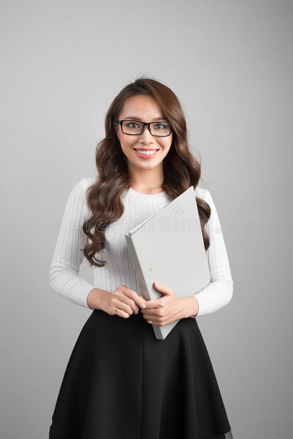 Портрет молодой уверенно азиатской бизнес-леди с папкой стоковые изображения