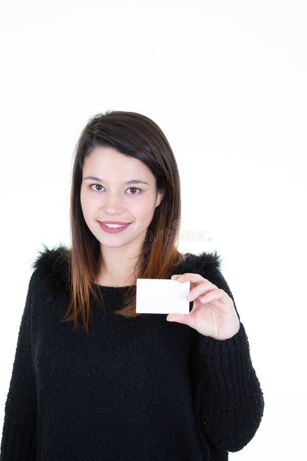 Портрет молодой усмехаясь бизнес-леди держа пробел кредитной карточки стоковое фото rf