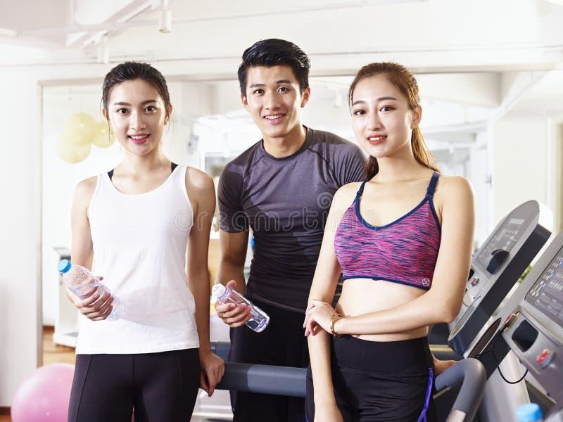 Портрет 3 молодых азиатских людей в спортзале стоковое изображение