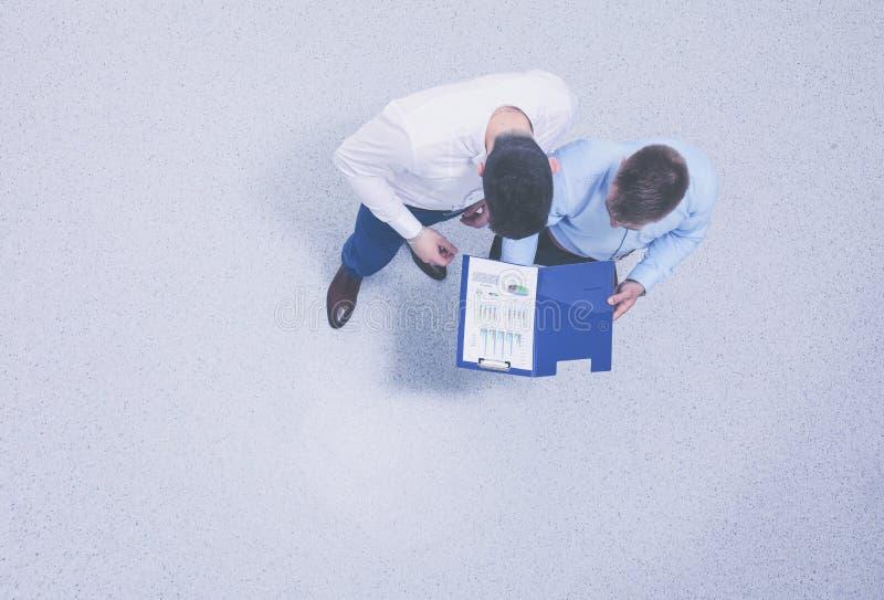 Портрет 2 молодых бизнесменов стоя совместно стоковая фотография