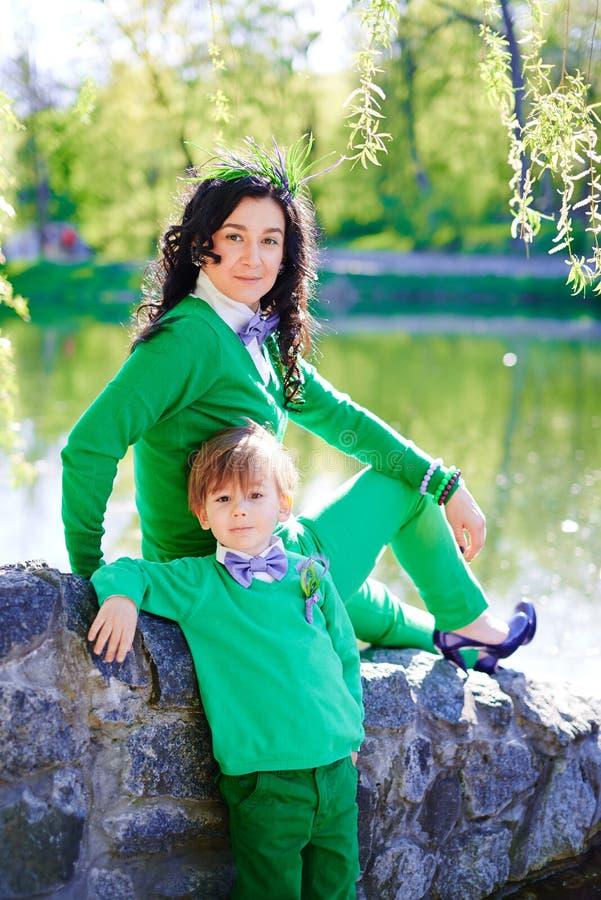 Портрет модного мальчика и его матери стоковое изображение rf