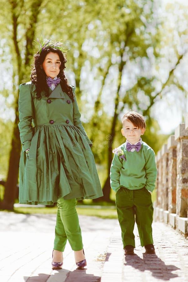 Портрет модного мальчика и его матери стоковая фотография rf