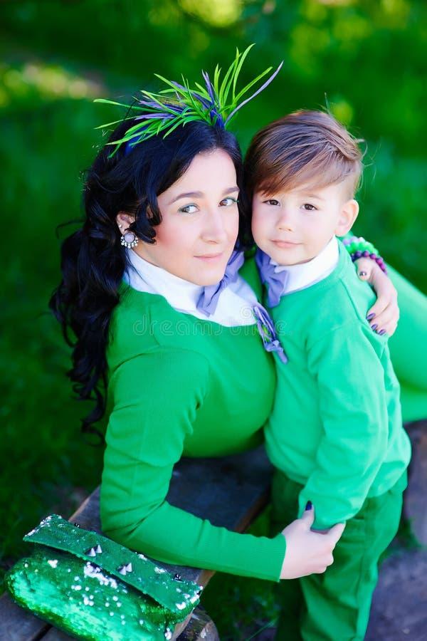 Портрет модного мальчика и его стильной матери стоковые изображения rf