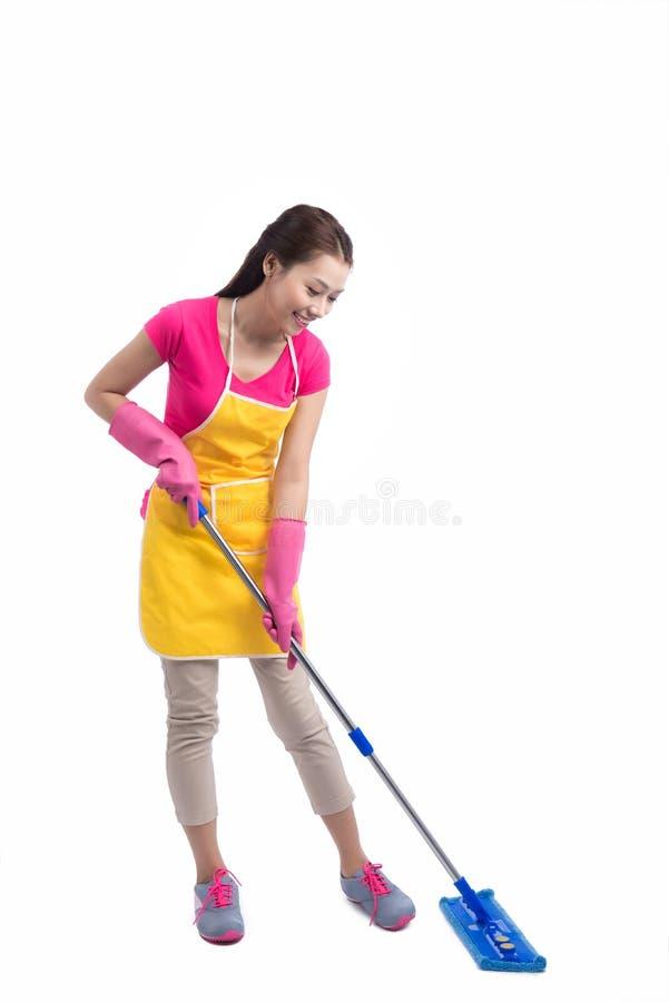 Портрет молодого азиатского пола чистки домохозяйки с Mop в ful стоковые фото