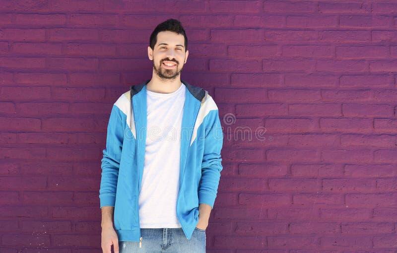 Портрет молодого латинского человека стоковая фотография rf