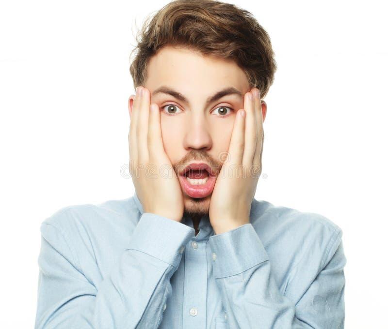 Портрет молодого бизнесмена испуганного и вспугнутого что-то стоковые изображения
