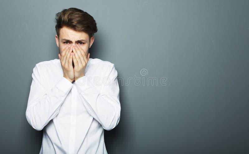 Портрет молодого бизнесмена испуганного и вспугнутого что-то стоковое изображение