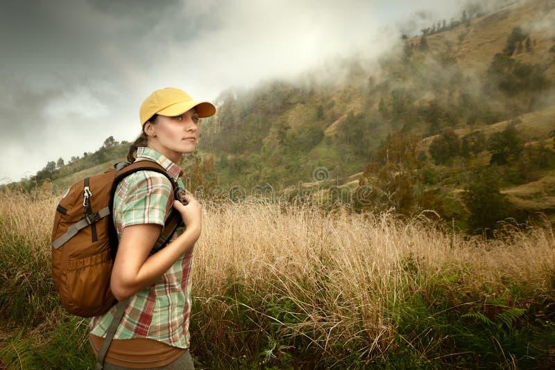 Портрет молодого женского туриста с рюкзаком на предпосылке  стоковое фото rf